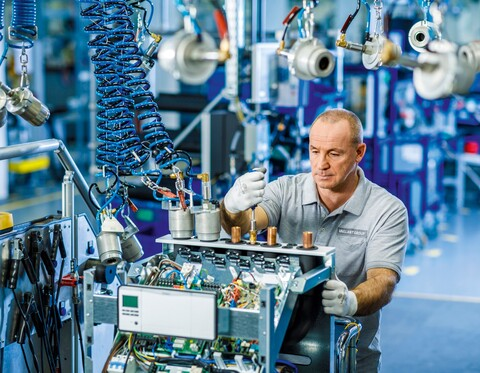 Heat pump assembly of the Vaillant Group in Remscheid. The heating technology specialist achieved record sales of over €2.6 billion in 2019. The company's dynamically growing business with electric heat pumps was about 37 per cent above the previous year's figure and thus significantly above the European market growth.